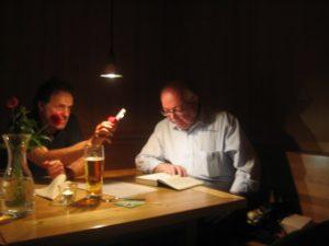 Foto: Wolfgang Rümmele bei seinen humorvollen Ausführungen im Dornbirner Schiffle